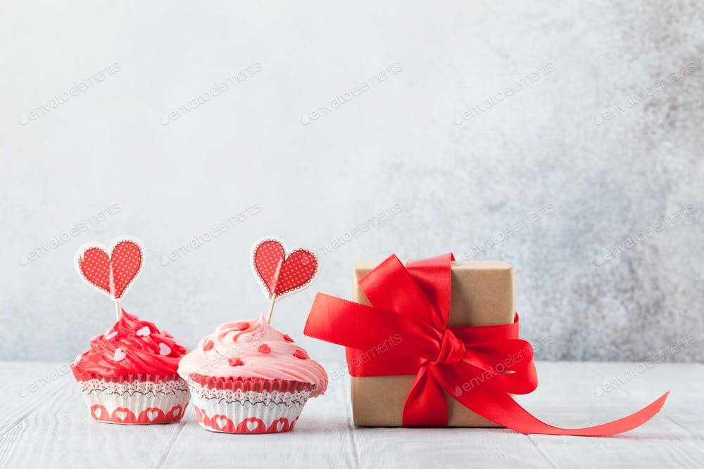 Delicious cupcakes and gift box (1)