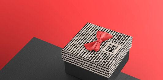Free Beautiful Gift Box Mockup PSD Template (1)